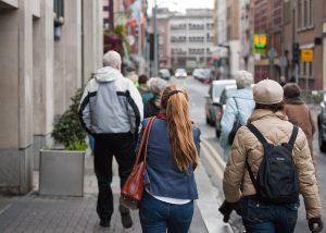 mensen op straat in Dublin