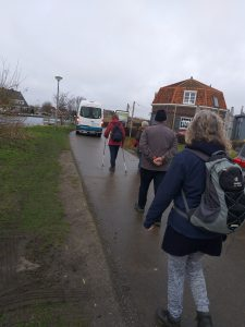 wandelaars op weg naar de Akermolen