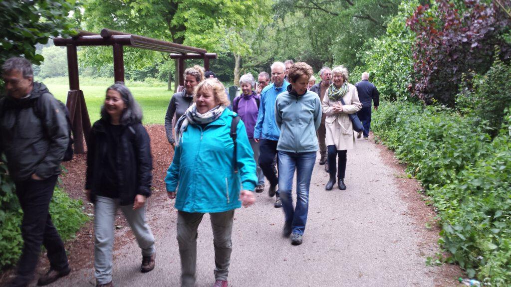 Wandelaars in Flevopark Amsterdam