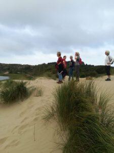 wandelaars in duinen Zuid-Kennemerland