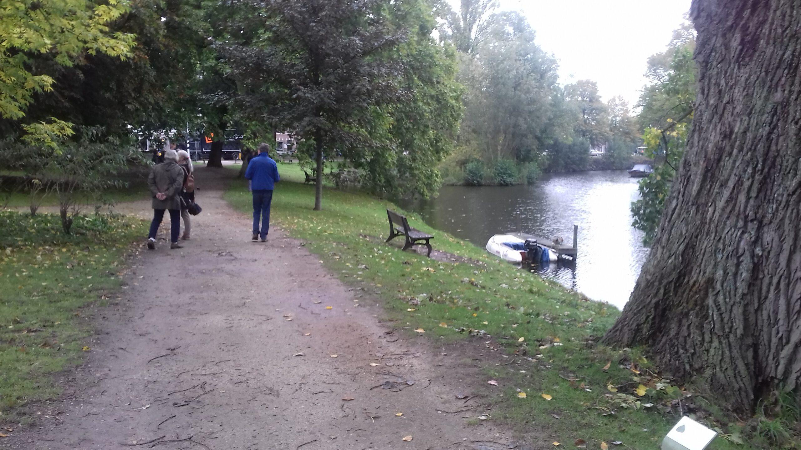 wandelaars in Leids park