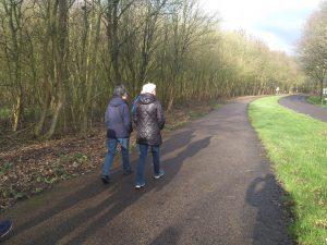 wandelaars in Spaarnwoude