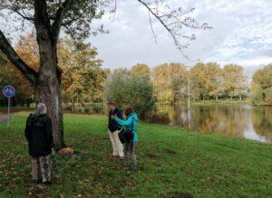 wandelaars bij boom in Van Tuylpark in Zoetermeer