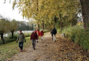 wandelaars op pad in Van Tuylpark in Zoetermeer