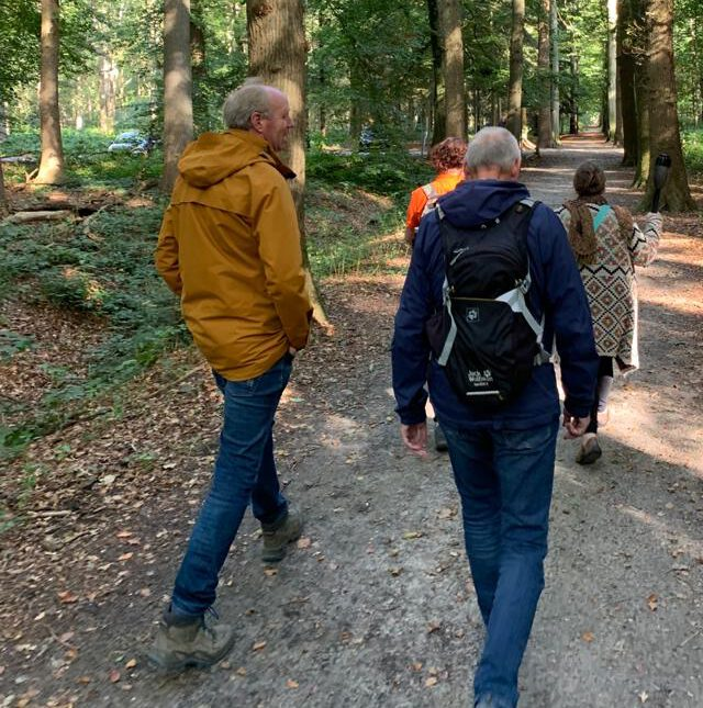 wandelaars in bos in Assen