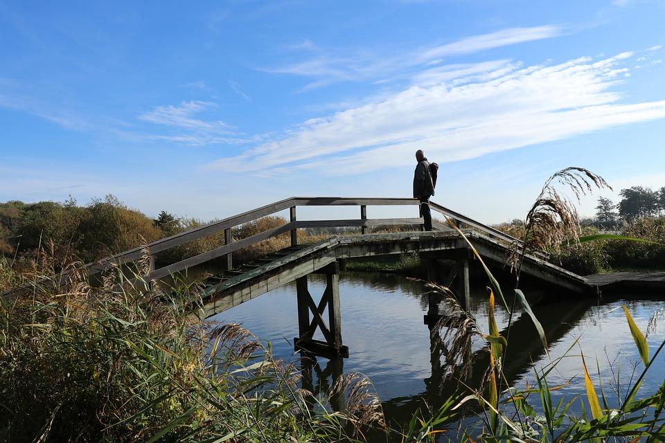 wandelaar op een brug