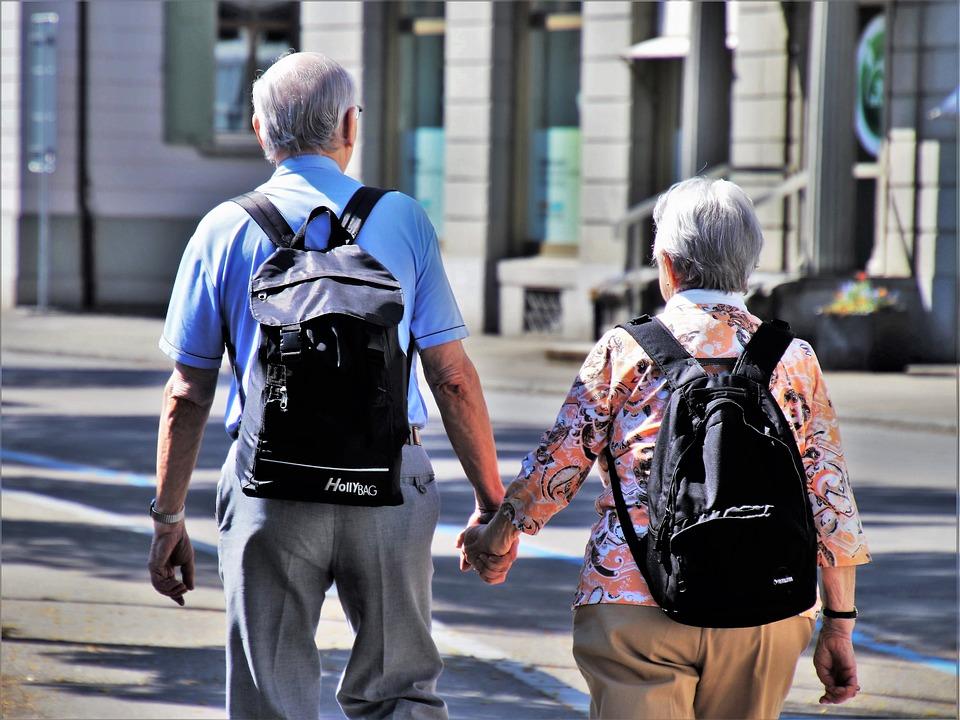 oudere man en vrouw lopend