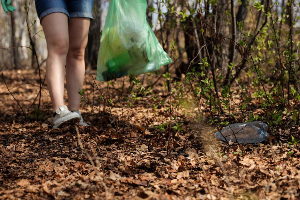 wandelaarster ruimt afval op