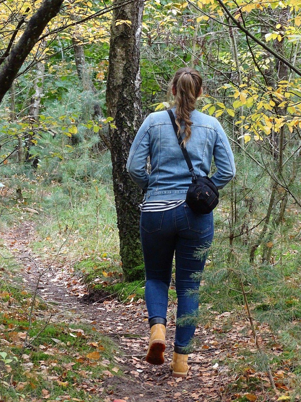 wandelende vrouw in bos