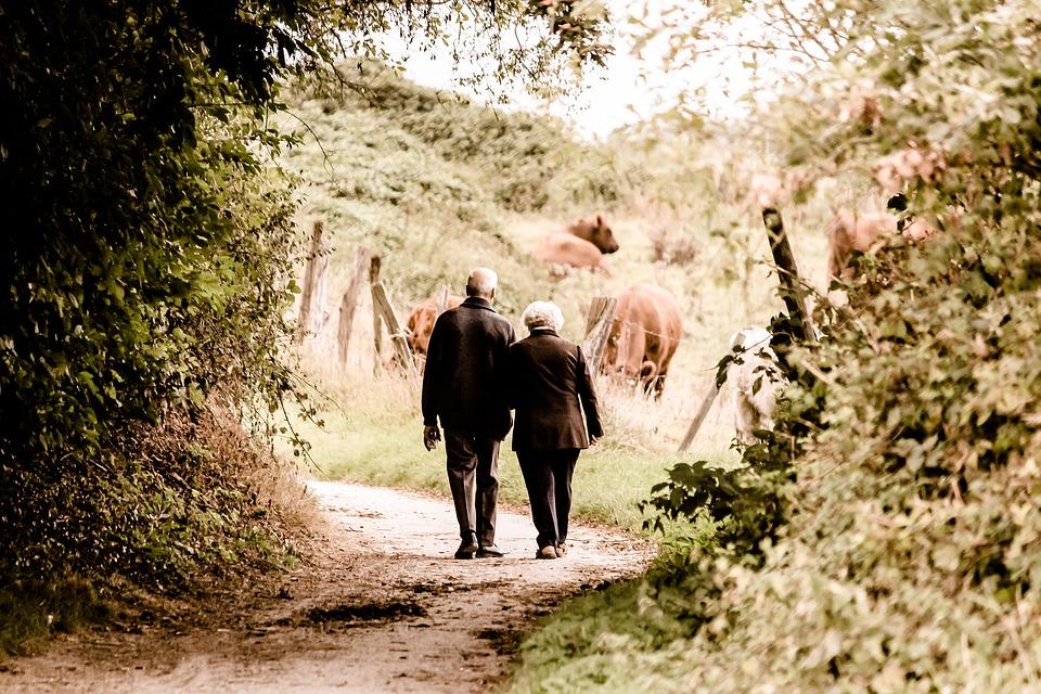 wandelend ouder echtpaar
