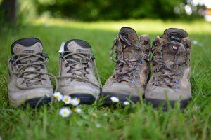 twee paar wandelschoenen in het gras